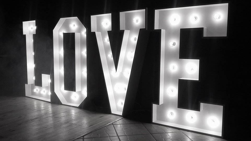 podswietlany-napis-love-duzy-warszawa